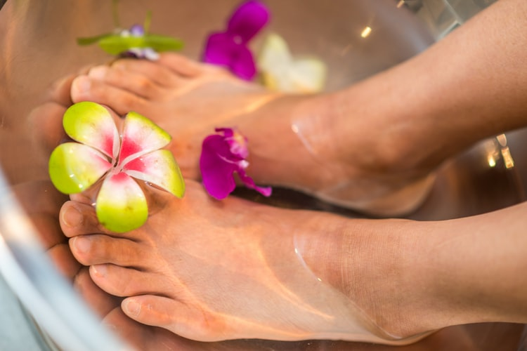 foot dip in pedicure tub