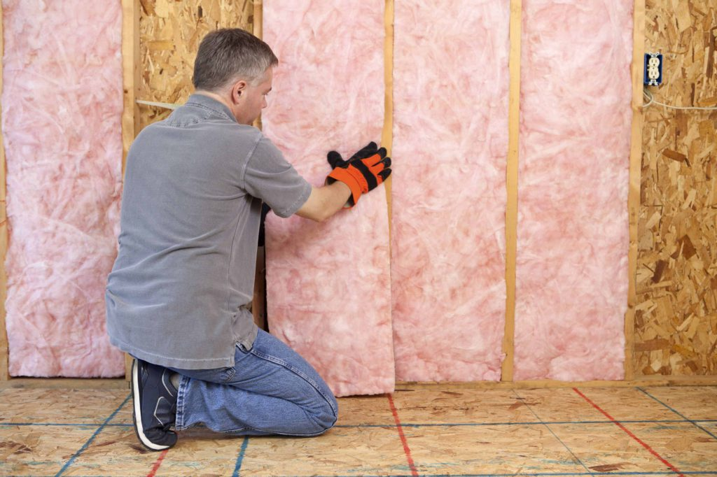 membuat ruangan kedap suara - tempel karpet di dinding