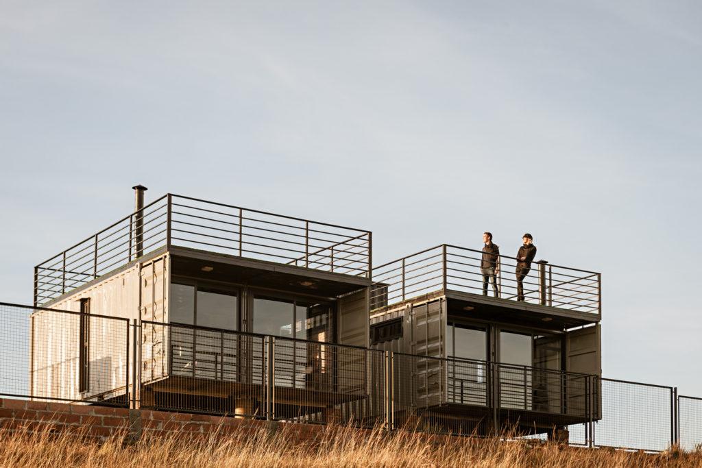 rumah kontainer: Cambará Container House dengan atap kontainer dimanfaatkan sebagai ruang terbuka