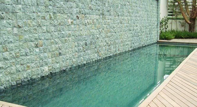batu alam di kolam renang