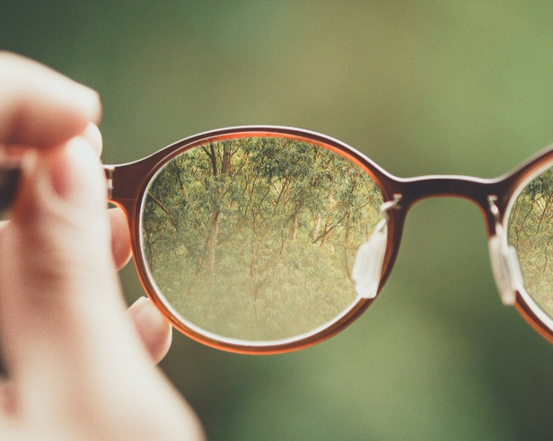 8 Bentuk Kacamata Untuk Wajah Bulat Agar Menunjang Penampilanmu