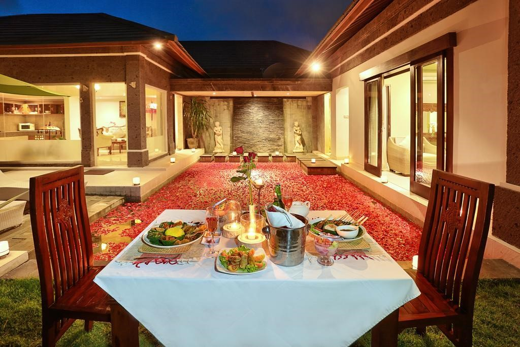 Candle light dinner di The Buah Bali Villa