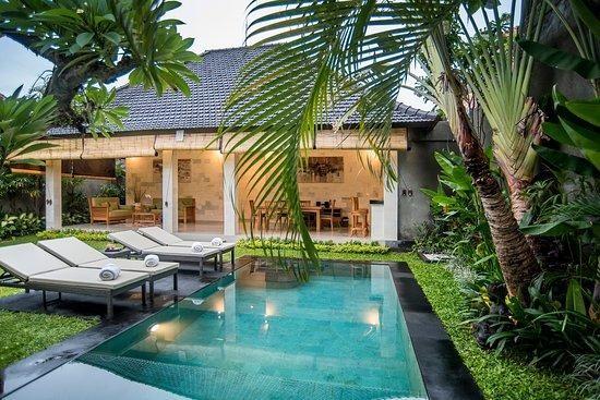 Area kolam renang di Vila Sandi Agung