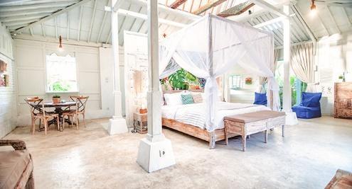 Area kamar tidur di SooBali Atap Putih, seminyak