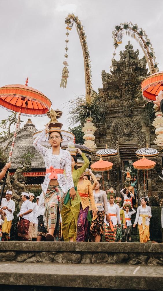 Penduduk Bali berdandan rapi untuk pergi ke pura