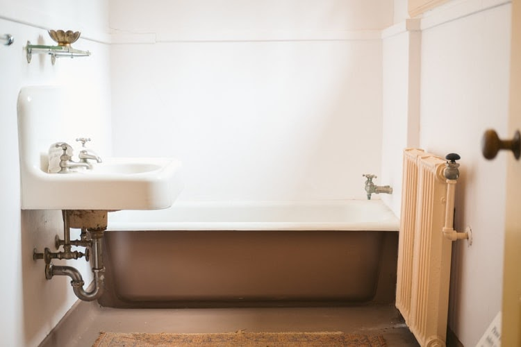 Clean and comfortable bathroom kost