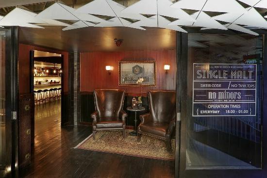 Vintage yet modern cigar lounge in Bar 68