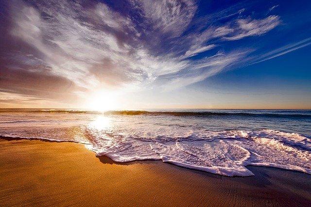kegiatan di Pantai Sanur matahari terbit